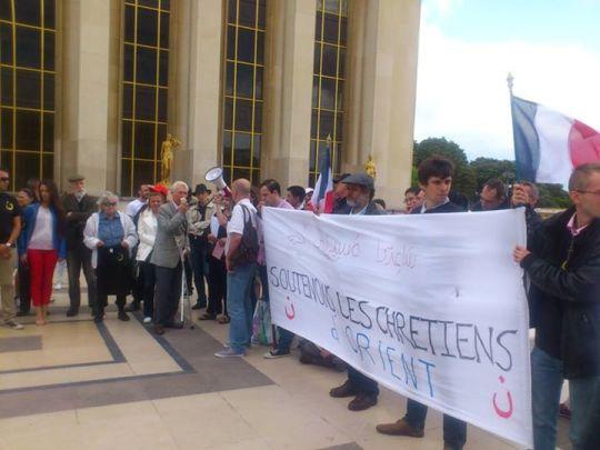 Plaza del Trocadero. Don Sixto Enrique de Borbón se dirige a los manifestantes por los cristianos de Oriente